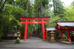 Japanischer Eingang des shintoistischen Schreins Hakone-Schreins (Tempel) neben a Lizenzfreies Stockfoto
