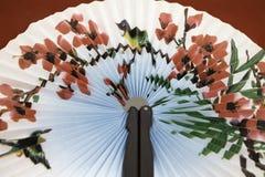 Japanischer Fan, der einen Vogel in den Rosen darstellt Stockbilder