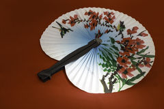Japanischer Fan, der einen Vogel in den Rosen darstellt Lizenzfreies Stockbild