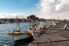 Japanischer Fischereihafen - Boote machten für den Tag fest stockbild