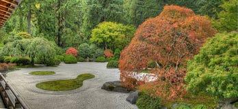 Japanischer flacher Garten im Fall Stockbilder