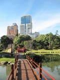 Japanischer Garten in der modernen großen Stadt lizenzfreie stockfotografie