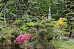 Japanischer Garten im Sommer mit Steinpagode Stockfotos