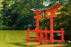 Japanischer Garten mit einem roten Zen-Kontrollturm. Stockfoto