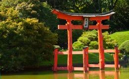 Japanischer Garten mit einem roten Zen-Kontrollturm. Stockfotografie