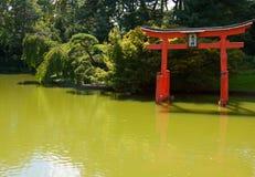 Japanischer Garten mit einem roten Zen-Kontrollturm. Stockbild
