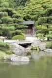 Japanischer Garten mit einem traditionellen Gatter Lizenzfreie Stockfotos