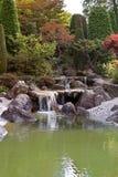 Japanischer Garten mit einem Wasserfall Stockfotos
