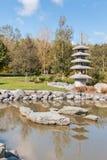 Japanischer Garten mit Teich und Pagode im Herbst Stockfotografie