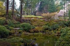 Japanischer Garten Portlands durch den See in Oregon stockbilder