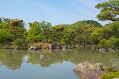 Japanischer Garten und ein See reisen in Japan Lizenzfreie Stockfotos