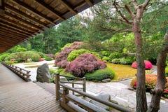 Japanischer Garten von der Veranda stockfotos