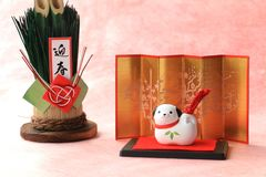 Japanischer Gegenstand des neuen Jahres Hundeauf traditionellem rotem Papier Stockbild