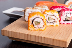 Japanischer geschmackvoller Sushisatz Stockfotos