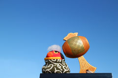 Japanischer glücklicher Holzhammer und der Löwe im blauen Himmel Stockfotos