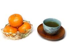 Japanischer grüner Tee und Orangen im Weiß Lizenzfreies Stockbild
