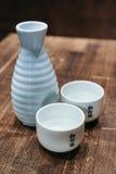Japanischer Grund-traditioneller alkoholischer D-Klipp eingestellt mit zwei vollen Schalen lizenzfreie stockfotos