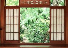 Japanischer hölzerner Einstiegstürhintergrund mit Garten draußen lizenzfreie stockfotografie