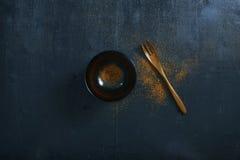 Japanischer hölzerner Löffel, Schüssel und Chilipulver vektor abbildung