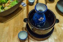 Japanischer heißer Grund in der Heißwasserschüssel auf Holztisch Stockfoto