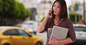 Japanischer Hochschulstudent, der die Straße wartet auf eine Fahrt bereitsteht stockfoto
