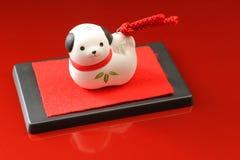 Japanischer Hund des neuen Jahres auf Rot Lizenzfreie Stockfotografie
