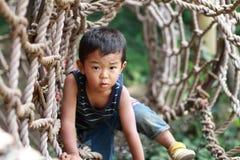 Japanischer Junge auf dem athletischen Gebiet Lizenzfreie Stockbilder