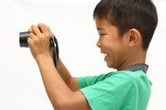 Japanischer Junge, der ein Foto macht Stockbilder