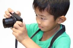 Japanischer Junge, der ein Foto macht Lizenzfreies Stockbild