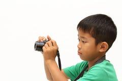 Japanischer Junge, der ein Foto macht Stockfotografie