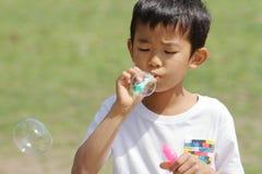 Japanischer Junge, der mit Blase spielt Stockfoto