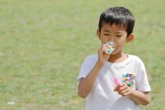 Japanischer Junge, der mit Blase spielt Stockfotografie