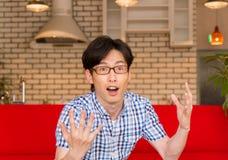 Japanischer junger Mann, der einen Blitz der guten Idee hat Lizenzfreie Stockfotografie