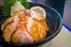 Japanischer Lebensmittel Reis mit Lachs-aburi grillte Bild Lizenzfreie Stockbilder