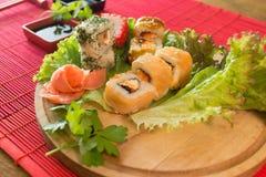 Japanischer Lebensmittelrestaurant-Servierplattensatz Handnehmenrolle Stellen Sie für zwei mit Essstäbchen, Ingwer, Sojabohnenöl, Stockbild