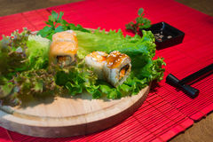 Japanischer Lebensmittelrestaurant-Servierplattensatz Handnehmenrolle Stellen Sie für zwei mit Essstäbchen, Ingwer, Sojabohnenöl, Stockfotografie