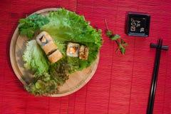 Japanischer Lebensmittelrestaurant-Servierplattensatz Handnehmenrolle Stellen Sie für zwei mit Essstäbchen, Ingwer, Sojabohnenöl, stockbilder
