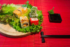 Japanischer Lebensmittelrestaurant-Servierplattensatz Handnehmenrolle Stellen Sie für zwei mit Essstäbchen, Ingwer, Sojabohnenöl, Lizenzfreie Stockfotografie