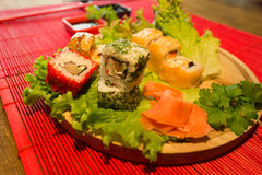 Japanischer Lebensmittelrestaurant-Servierplattensatz Handnehmenrolle Stellen Sie für zwei mit Essstäbchen, Ingwer, Sojabohnenöl, lizenzfreies stockfoto