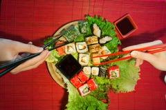 Japanischer Lebensmittelrestaurant-Servierplattensatz Handnehmenrolle Stellen Sie für zwei mit Essstäbchen, Ingwer, Sojabohnenöl, stockfotos