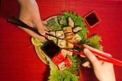 Japanischer Lebensmittelrestaurant-Servierplattensatz Handnehmenrolle Stellen Sie für zwei mit Essstäbchen, Ingwer, Sojabohnenöl, Lizenzfreie Stockfotos