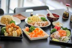 Japanischer leckerer Teller mea der Sushi köstlich der Fischfilet Lebensmittel-Dekoration Wasabigurkensuppenkalmarkraken-Kopffüße Stockfoto