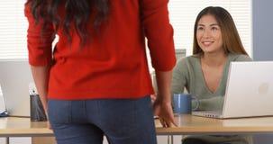 Japanischer Manager glücklich mit Angestelltem lizenzfreie stockbilder