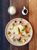 Japanischer Mischfruchttoast toastete Brot mit Mischfrucht-, Vanilleeis- und Ahornsirupauf dem tisch Holz Lizenzfreie Stockfotos