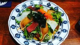 Japanischer Nahrungsmittellachssalat stockbilder