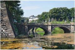 Japanischer Palast in Tokyo mit Reflexion und Brücke im Vordergrund lizenzfreie stockfotos