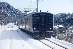 Japanischer Personenzug an einem schneebedeckten Tag Stockfotos