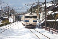 Japanischer Personenzug an einem schneebedeckten Tag Lizenzfreies Stockfoto