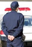 Japanischer Polizeibeamte mit Streifenwagen Stockbilder