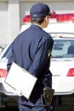 Japanischer Polizeibeamte mit Streifenwagen Lizenzfreies Stockbild